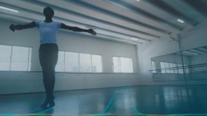 João Vitor dançando ballet.