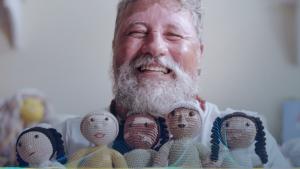 João faz bonecas que representam crianças com vitiligo.