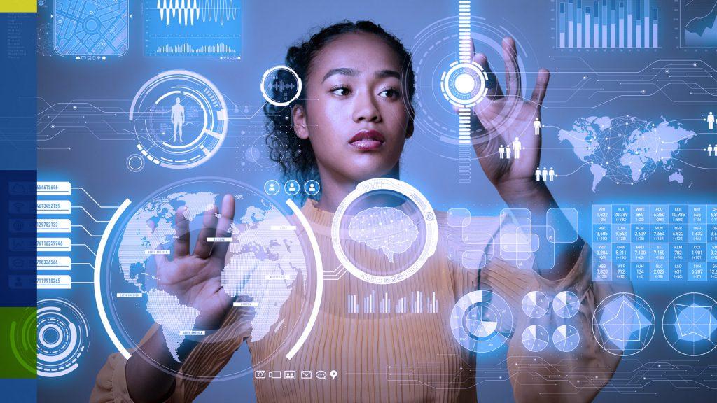 Foto de mulher negra interagindo com uma tela digital sensível ao toque.