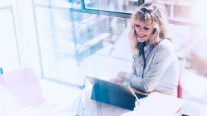 Foto de mulher usando um notebook.