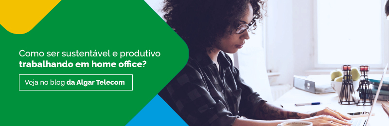"""Mulher usando um notebook, com o texto """"Como ser sustentável e produtivo trabalhando em home office? Veja no blog da Algar Telecom""""."""