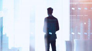 imagem com homem de costas que representa luiz alexandre