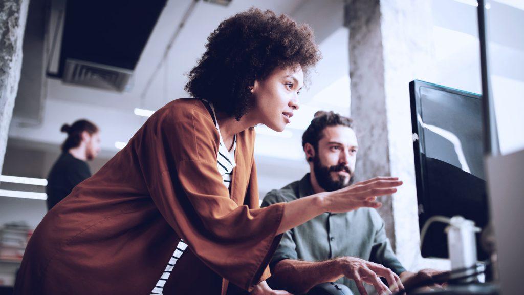 imagem com pessoas que representa uma solução de liderança e desenvolvimento