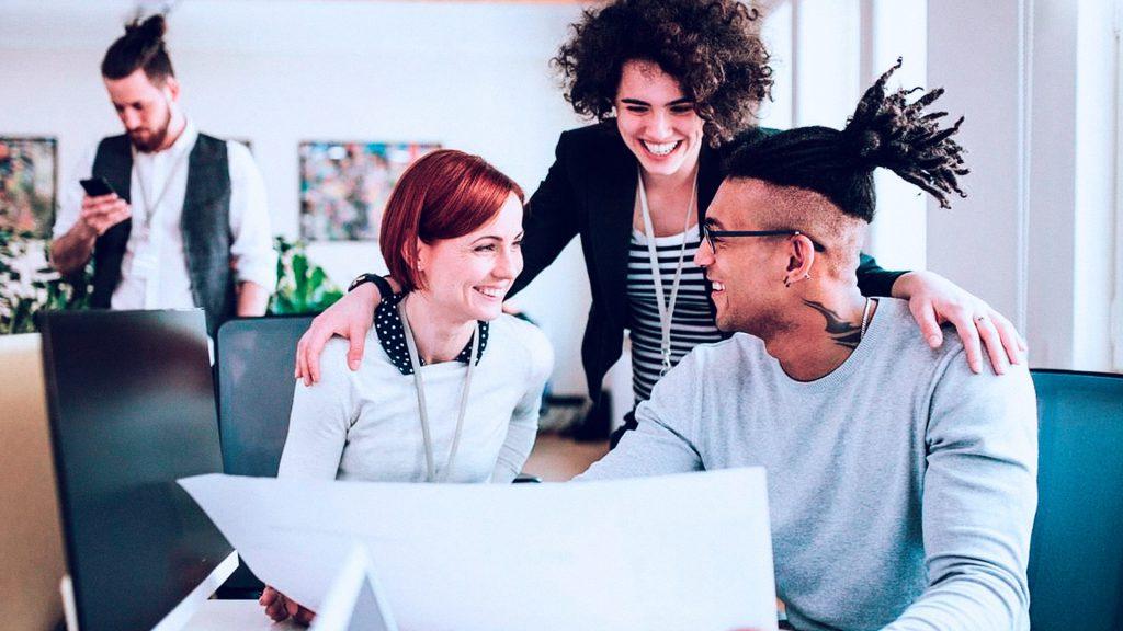 imagem com pessoas reunidas representando uma solução de empreendedorismo corporativo
