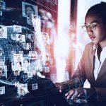 imagem com uma mulher e tecnologia que representa uma solução de digitalização de rh
